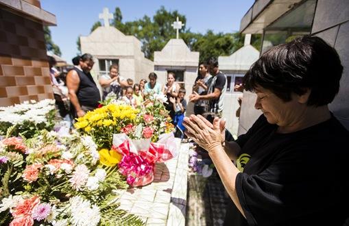 SANTA MARIA, RS - 28.01.2013: ENTERRO/VÍTIMAS/INCÊNDIO/BOATE/RS - Natalicea Moraes da Silva, de 54 anos, no enterro da filha Janaina Portela, de 19 anos, em cemitério em Santa Maria (RS), nesta segunda-feira. A jovem, que substituía a mãe no trabalho de lavar copos na boate Kiss, foi uma das vítimas do incêndio que matou ao menos 231 pessoas. (Foto: Adriano Vizoni/Folhapress)